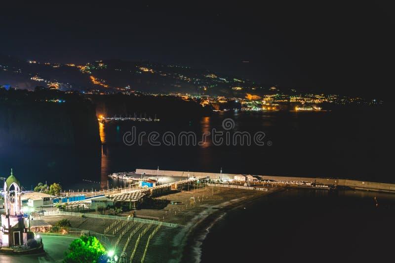Nocy scena Sorrento molo z udzia?ami jachty, k?t pejza? miejski na lato nocy, Amalfi wybrze?e, W?ochy zdjęcia royalty free