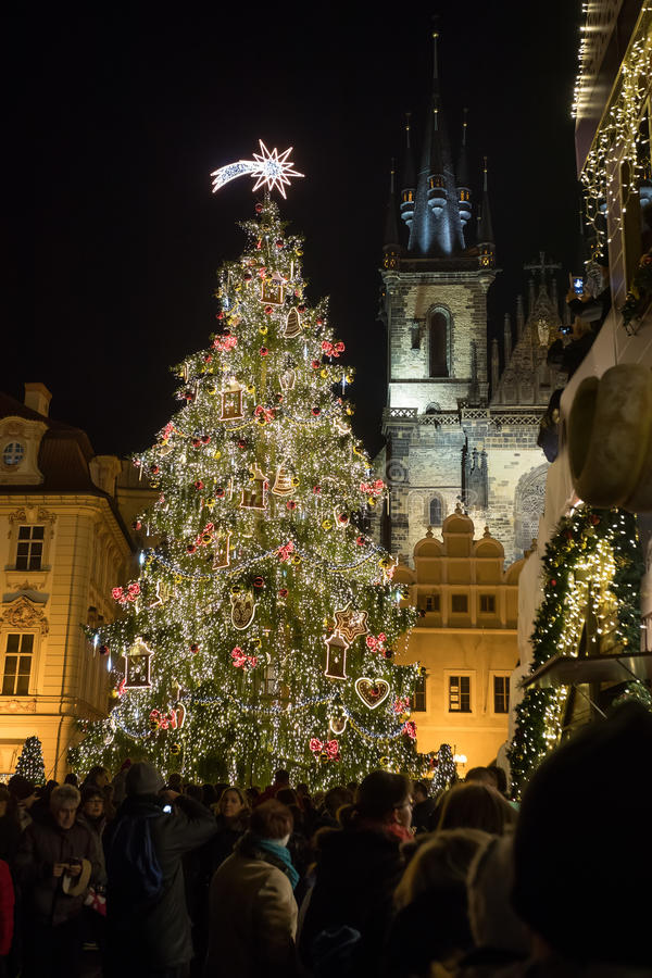 Nocy scena Stary rynek z choinką w Praga obraz stock
