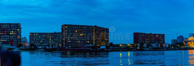 Nocy sceny 1004 mieszkania na pięć cowries zatoczce Lagos Nigeria zdjęcia royalty free