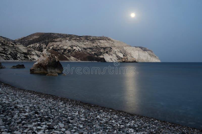 Nocy seascape Aphrodite skały wyrzucać na brzeg, Paphos, Zachodni Cypr fotografia royalty free