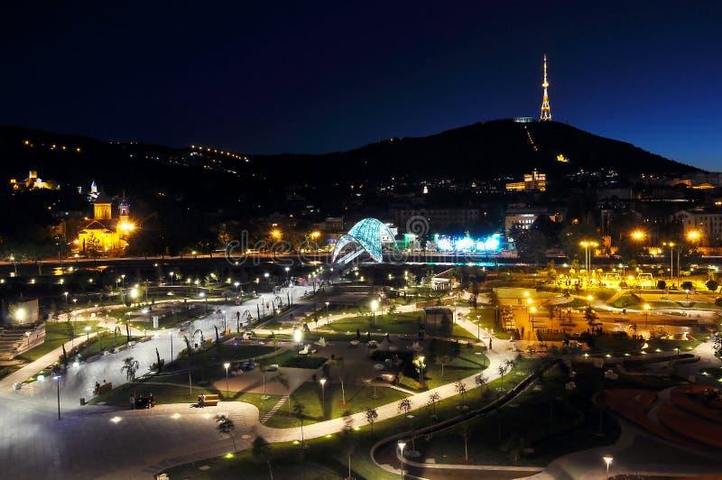 Nocy Tbilisi linia horyzontu w Gruzja zdjęcia stock