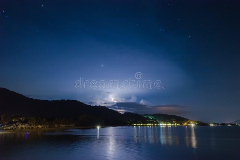 Nocy uderzenie pioruna nad góra kurortem z gwiazdą przy Khan plażą Tajlandia obraz stock
