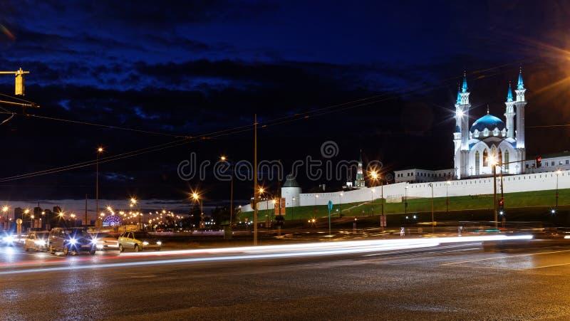 Nocy ulica przed Kazan Kremlin i Kula Sharif meczetem fotografia royalty free