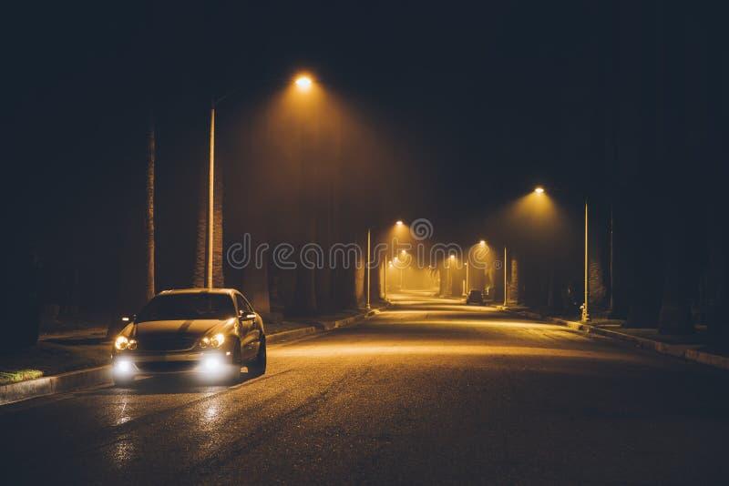Nocy ulica w mgle samochód beverly hills los angeles california Nov 2017 zdjęcia royalty free