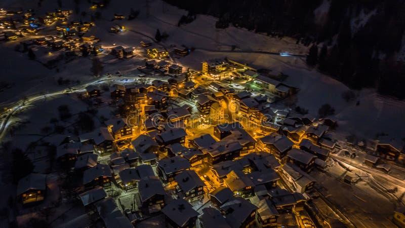 Nocy widok z lotu ptaka Szwajcarska wioska na bożych narodzeniach - Szwajcaria zdjęcie stock