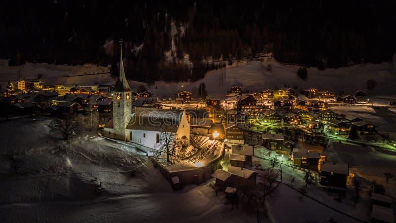Nocy widok z lotu ptaka Szwajcarska wioska na bożych narodzeniach - Szwajcaria obraz stock
