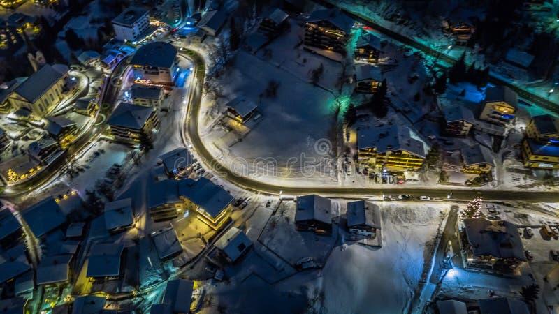Nocy widok z lotu ptaka Szwajcarska wioska na bożych narodzeniach - Szwajcaria obrazy royalty free