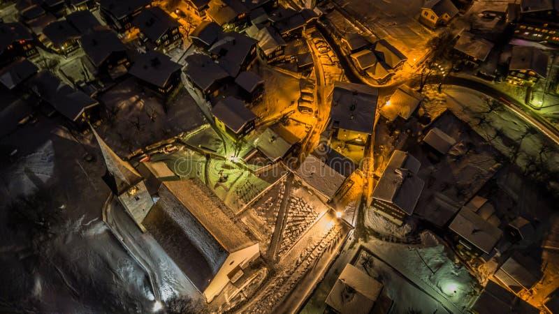 Nocy widok z lotu ptaka Szwajcarska wioska na bożych narodzeniach - Szwajcaria zdjęcia stock
