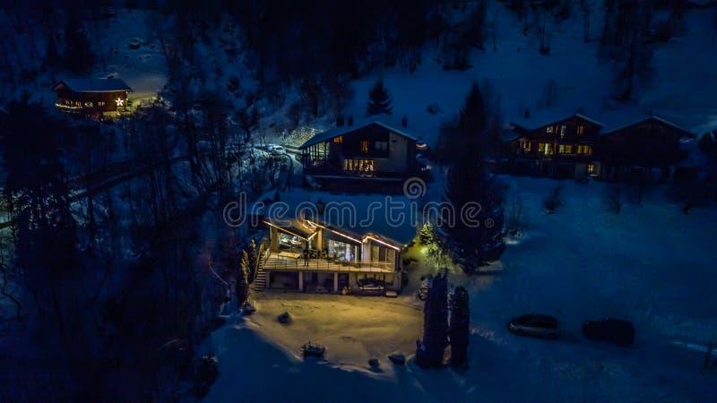 Nocy widok z lotu ptaka Szwajcarska wioska na bożych narodzeniach - Szwajcaria zdjęcie royalty free