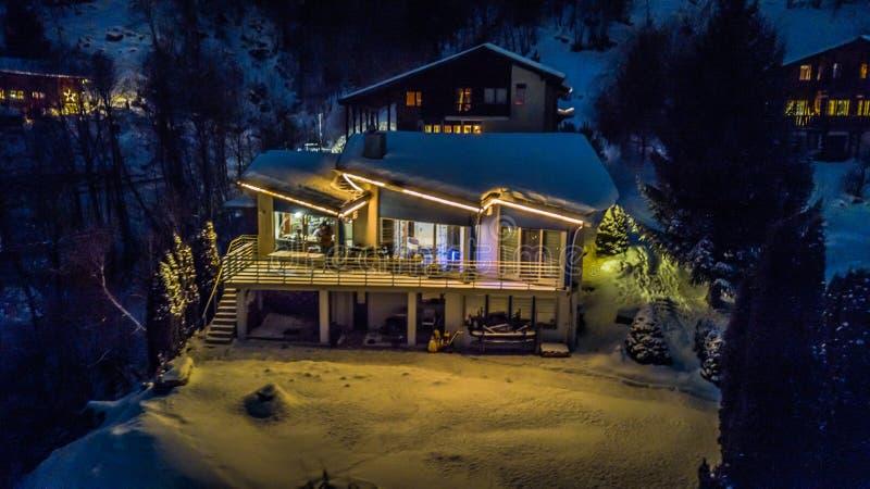 Nocy widok z lotu ptaka Szwajcarska wioska na bożych narodzeniach - Szwajcaria obraz royalty free
