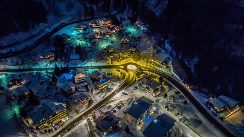 Nocy widok z lotu ptaka Szwajcarska wioska na bożych narodzeniach - Szwajcaria obrazy stock