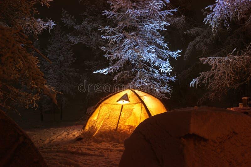 Nocy zimy obóz z namiotami w śnieżnym lesie obraz royalty free