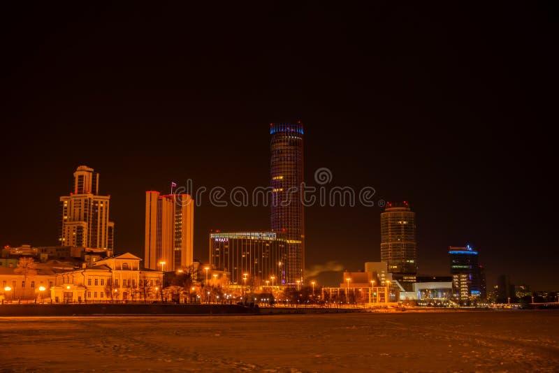 Nocy zimy widok Yekaterinburg z Iset wierza obrazy stock