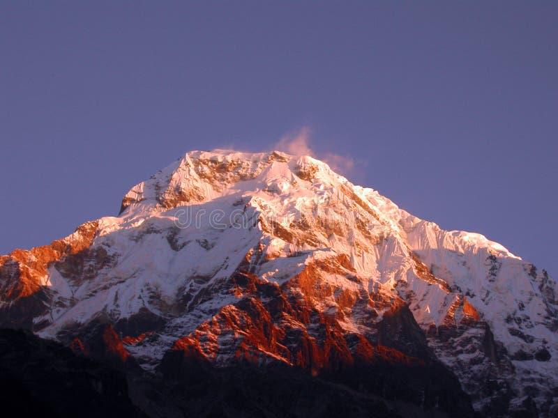 Nodo di punta piacevole di tramonto dell'Himalaya immagini stock libere da diritti