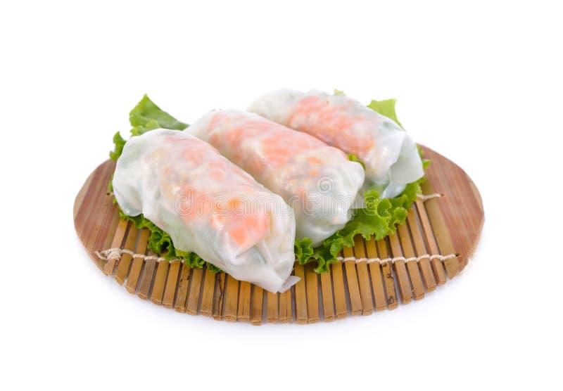 Noedelbroodje met varkensvlees, kool, wortel op houten mat en op whit stock afbeeldingen