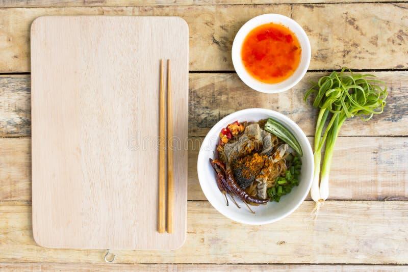 Noedels in het Rundvleesnoedel van Thailand op zwarte lijst Hoogste mening stock afbeelding