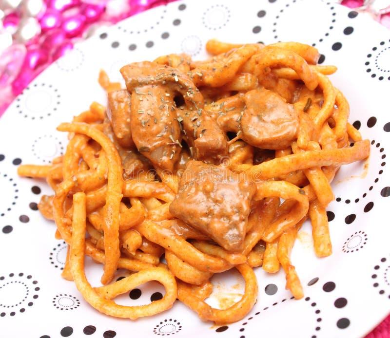 Download Noedels Met Vlees En Paddestoelen Stock Afbeelding - Afbeelding bestaande uit lunch, saus: 54086479