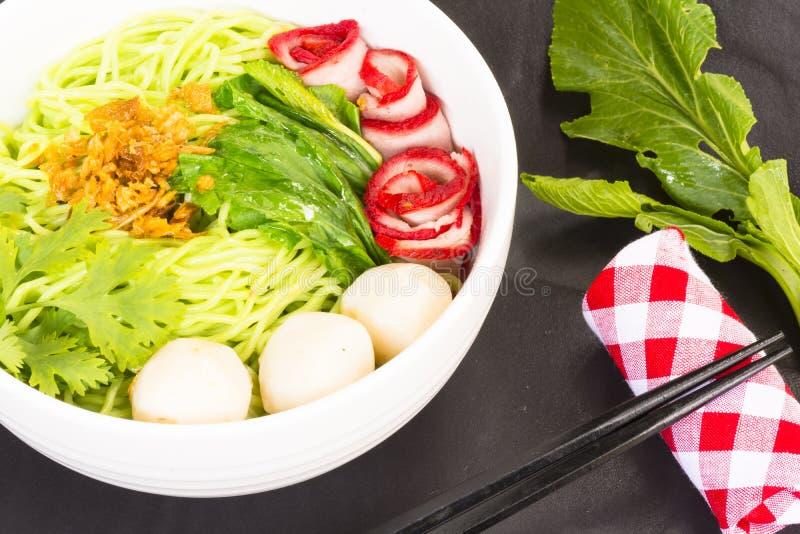 Noedels in Thailand bedelaar-Mee-Moo-Dang of deegwaren van Azië en droge noedels met ingrediënt stock foto's