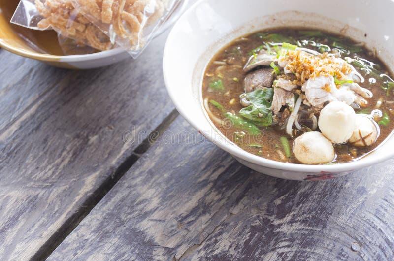 Noedels in Thailand, fastfood kuay-Teaw-Nam-Tok van Thai op houten lijst Hoogste mening en gezoem binnen royalty-vrije stock foto's