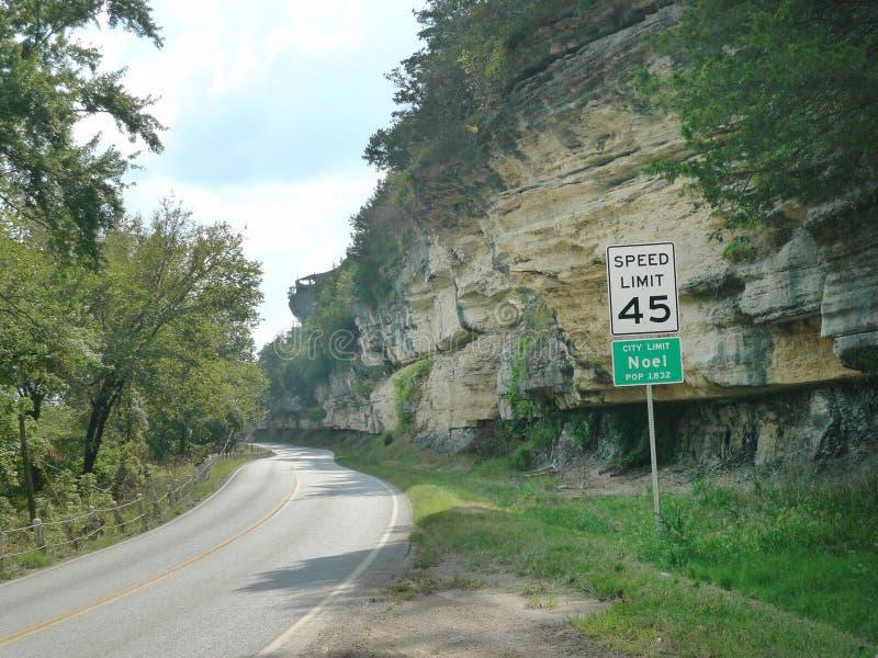 Noel,密苏里以沿高速公路59的高岩石峭壁为特色 库存照片