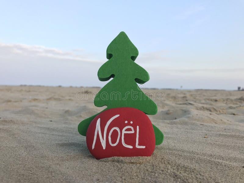 Noel, γαλλικά Χριστούγεννα σε μια πέτρα στην παραλία στοκ εικόνες με δικαίωμα ελεύθερης χρήσης