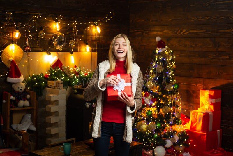 noel Ευχάριστες στιγμές Χαρά Χριστουγέννων Ξύλινα εσωτερικά φω'τα γιρλαντών διακοσμήσεων Χριστουγέννων γυναικών Χριστουγεννιάτικο στοκ φωτογραφία με δικαίωμα ελεύθερης χρήσης