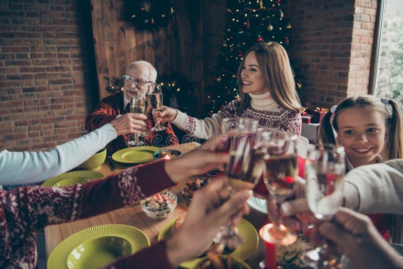 Noel-Abendfamilientreffen, Sitzung Nettes grauhaariges gra lizenzfreies stockfoto