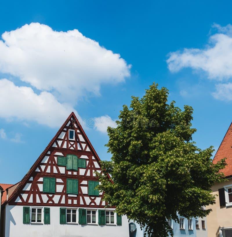 NOERDLINGEN, Alemanha 13 de maio de 2018: Casa Metade-suportada alemão típica em Baviera fotos de stock