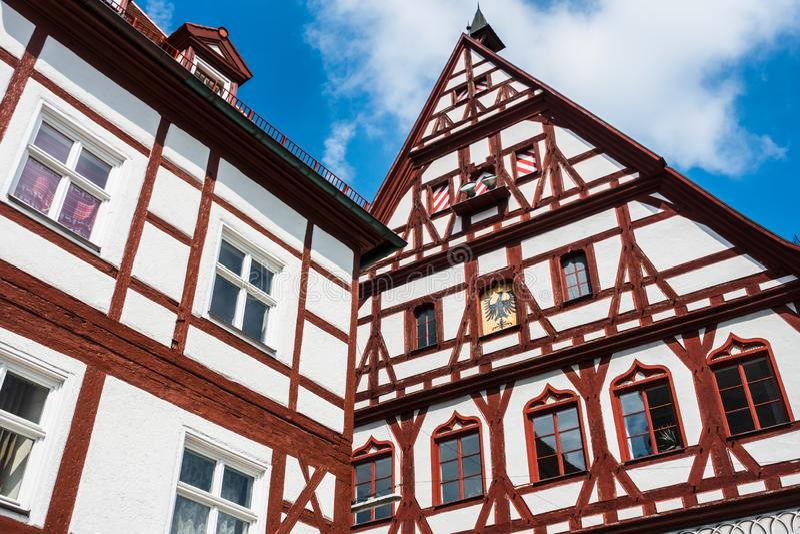 NOERDLINGEN Tyskland Maj 13, 2018: Typisk tyskt korsvirkes- hus i Bayern royaltyfri fotografi