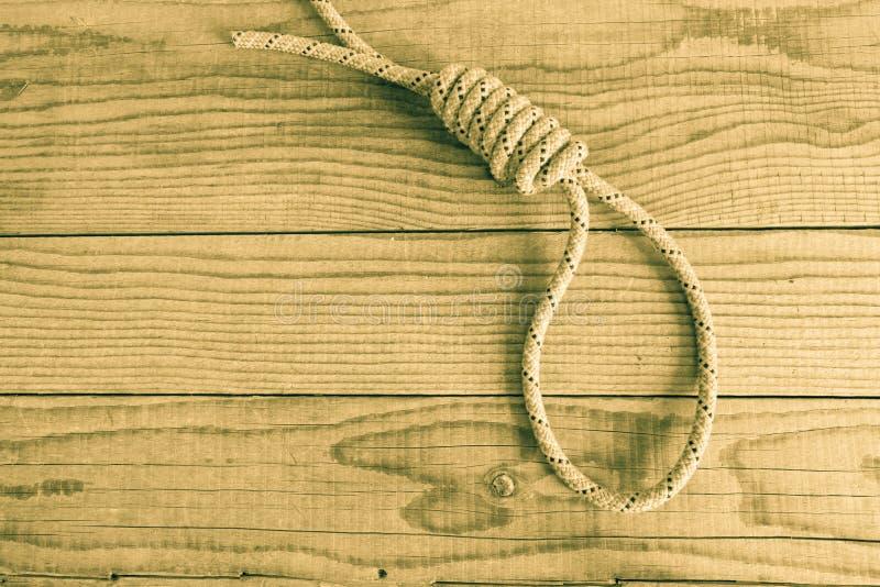 Noeud coulant sur le fond en bois image libre de droits