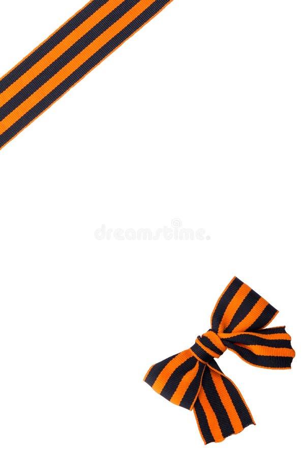 Noeud devant le ruban orange noir sur le fond blanc image stock