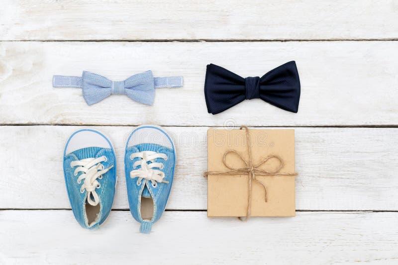 Noeud papillon de père et de fils ; Grand et petit noeud papillon sur un blanc en bois images libres de droits
