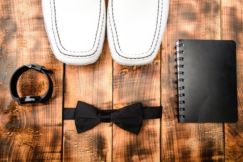 Noeud papillon et bloc-notes de montre Mode et style Accessoires de mode masculins d'?quipement Boutique d'accessoires Chaussures photo stock