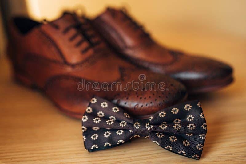 Noeud papillon et chaussures brunes photos stock