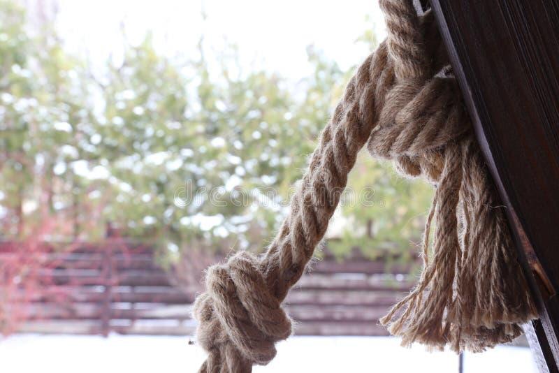 Noeuds sur la corde du faisceau en bois photographie stock