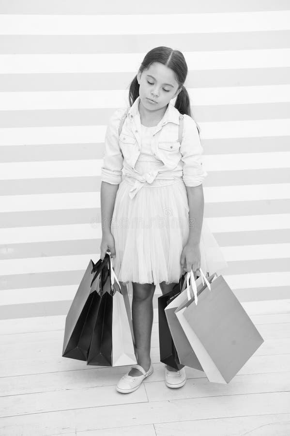Nog för henne Flickan tröttat sömnigt bär pappers- påsar för grupp Evakuera shoppingrutin Förbered sig för skolasäsongköp arkivfoton