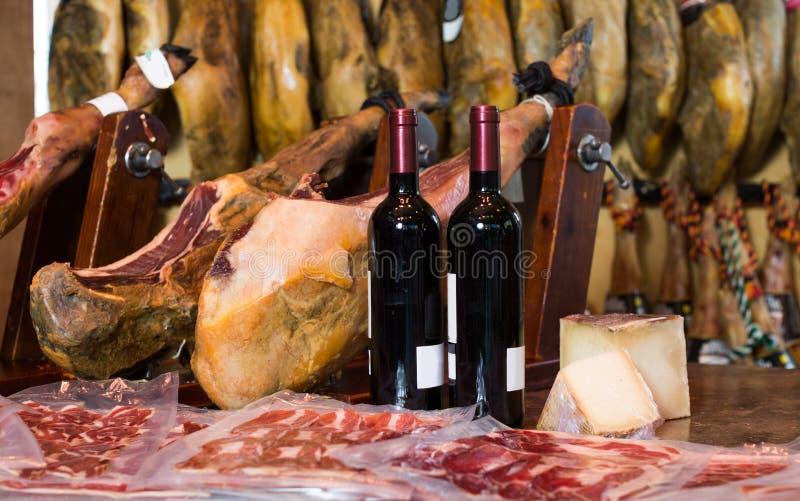 Nog gerookte ham van bacon met wijn en kaas royalty-vrije stock fotografie