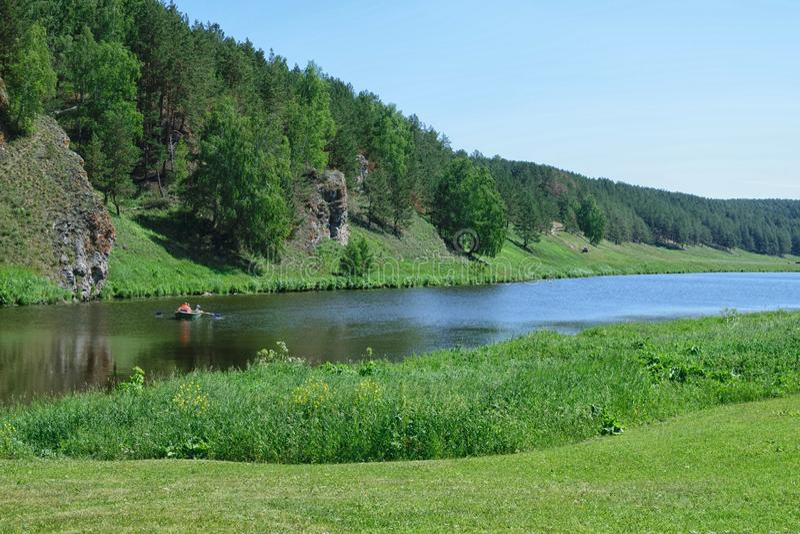 Nog rivier met groen bos op kust en duidelijke hemel stock foto's