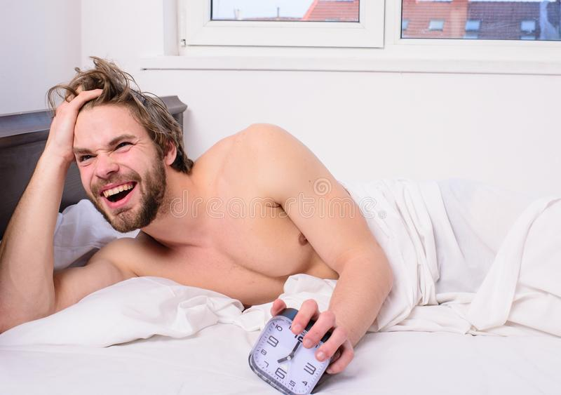Nog sover för honom Reglera din bodysklocka Framsidan för orakat ovårdat hår för mannen som sömnlösa vilar den har, bra morgon ma royaltyfri foto