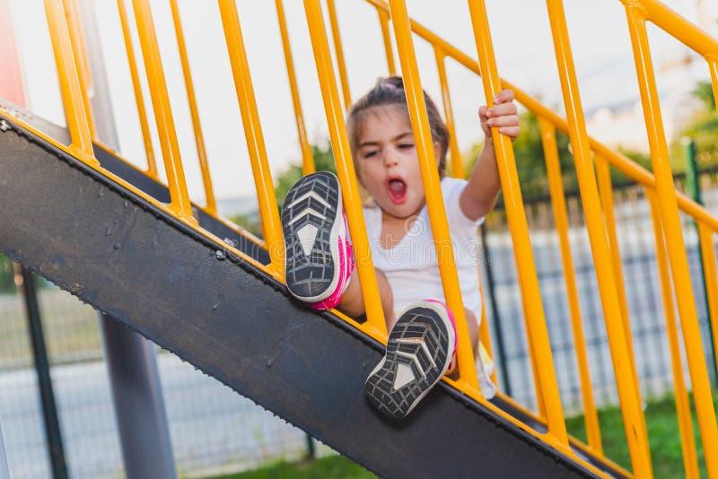 Noga śliczny małej dziewczynki dziecko wtykający zdjęcie royalty free