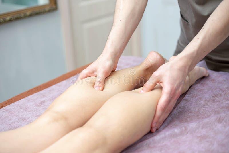 Noga i łydkowy masaż Masażysta robi masażowi nogi i calfs obrazy stock