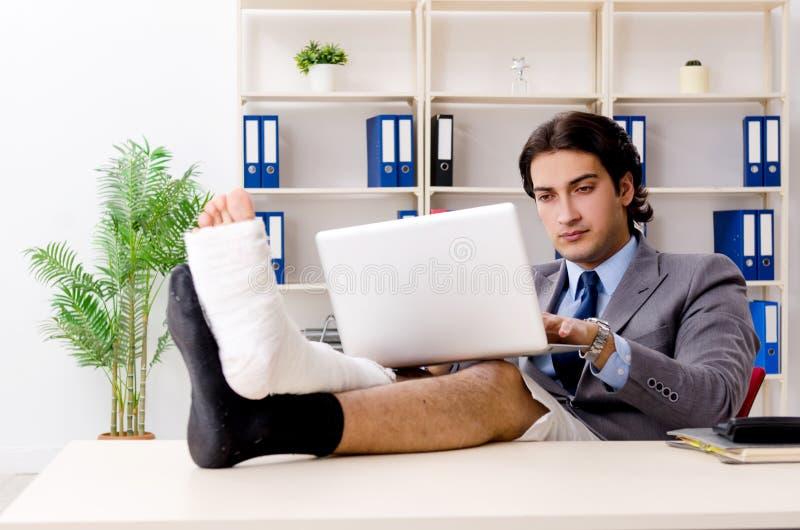 Noga ranił pracownika pracuje w biurze obrazy royalty free