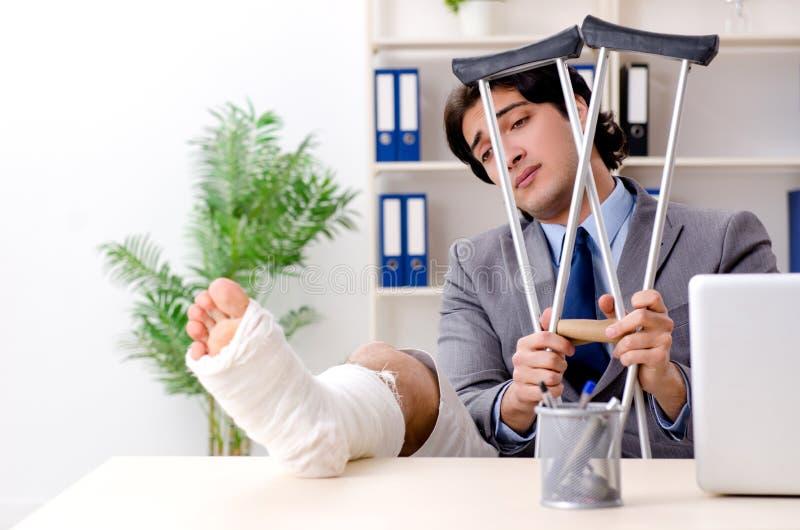 Noga ranił pracownika pracuje w biurze obraz stock