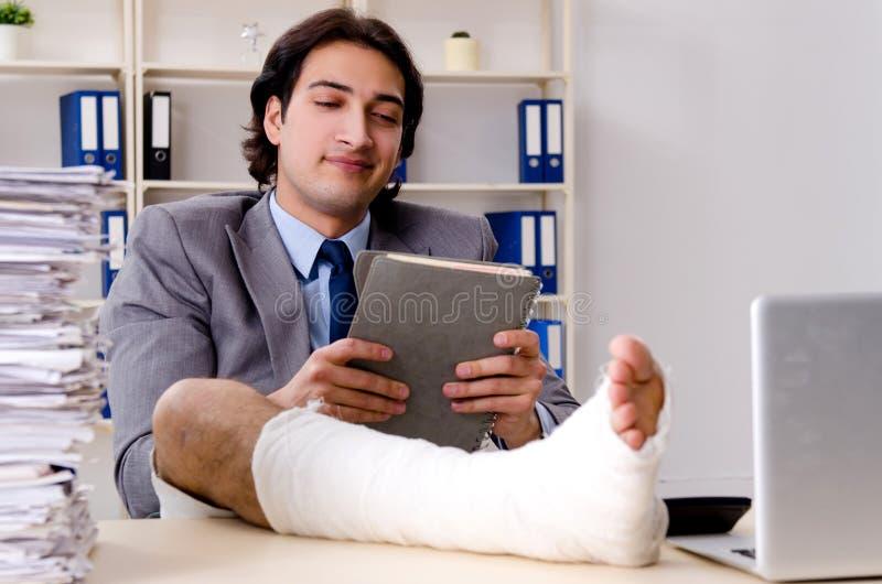 Noga ranił pracownika pracuje w biurze zdjęcie royalty free