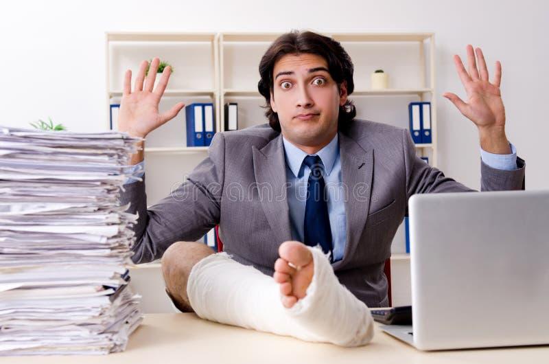 Noga ranił pracownika pracuje w biurze zdjęcie stock