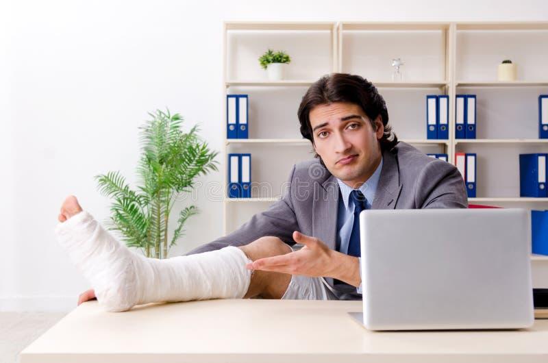 Noga rani? pracownika pracuje w biurze obraz stock