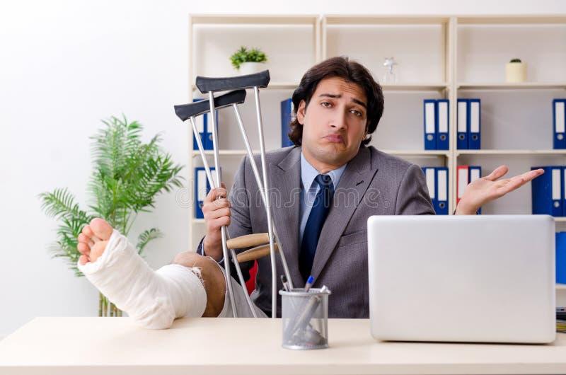 Noga rani? pracownika pracuje w biurze zdjęcie royalty free