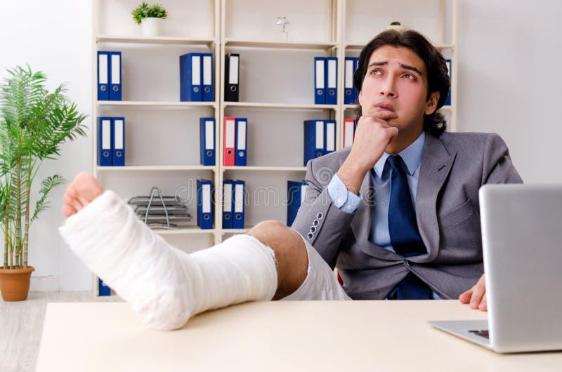 Noga zdradzony pracownik pracuje w biurze fotografia stock