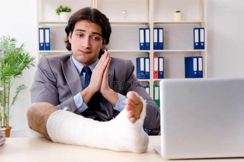 Noga zdradzony pracownik pracuje w biurze obrazy royalty free