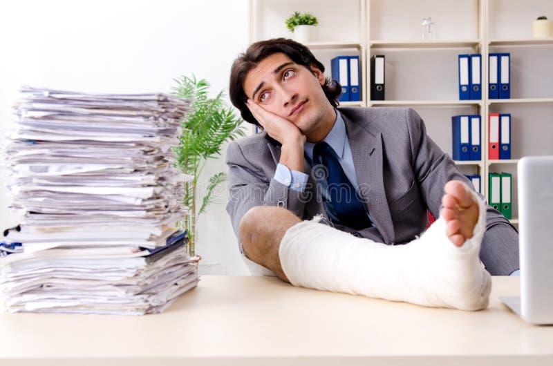 Noga zdradzony pracownik pracuje w biurze zdjęcie royalty free